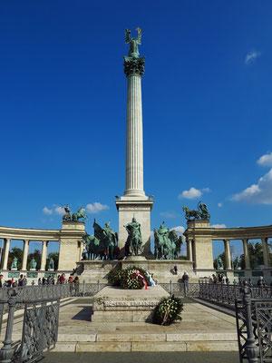 Blick auf den Heldenplatz, Figur des Erzengels Gabriel auf der 36 Meter hohen Säule