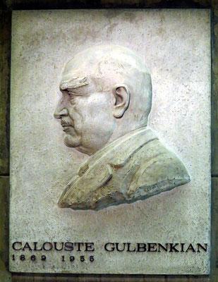 Fundação Calouste Gulbenkian; Leopoldo de Almeida (1898-1974): Flach-Relief von Calouste Gulbenkian, Stein, 1969
