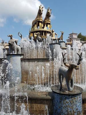 Kolchis-Brunnen, u.a. mit einer Figur des Tamada