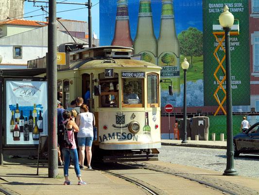 Tram in der Altstadt Ribeira, nahe des Restaurants Bacalhau