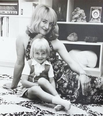 1972: Almut (30) mit Tochter Kerstin (3)