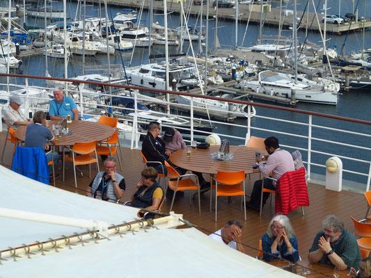 AIDAmar, Blick auf die Außenterrasse des Bella Donna Restaurants, dahinter der Yachthafen von Cartagena