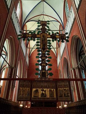 Doppelseitiger Kreuzaltar um 1360 (Marienseite); er trennte den Raum der Laienmönche zu den Mönchen; monumentalstes Werk seiner Art in Europa