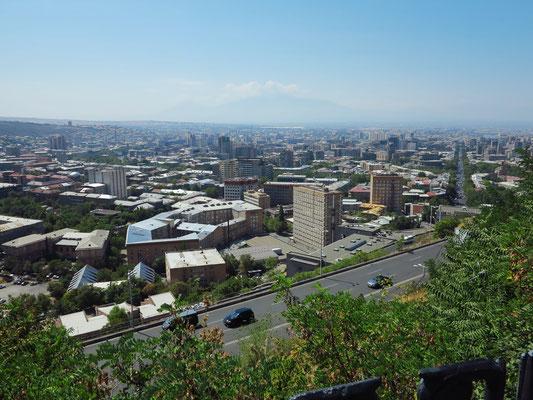 Aussichtspunkt bei der Statue Mutter Armenien, Blick auf Erewan und den Großen und Kleinen Ararat (im Dunst)