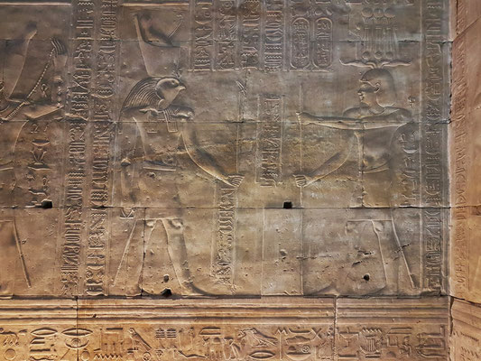 Tempelgründungszeremonie - Der König stellt den ersten Grundstein mit der Hebelstange auf.