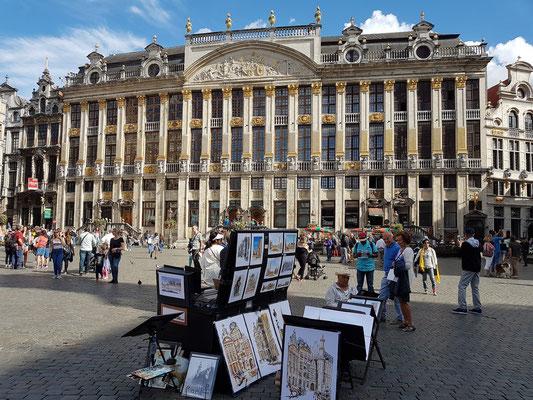 Grand-Place in Brüssel, im Hintergrund das Haus der Herzöge von Brabant