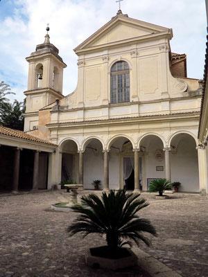 """Basilica San Clemente al Laterano mit drei verschiedenen Ebenen: 1. römische Gebäudereste mit einem Mithräum von ca. 240, """"Unterkirche"""" um 384, """"Oberkirche"""" ab 1108"""