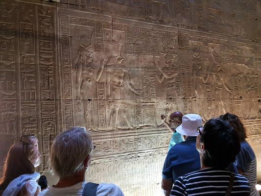 Tempelgründungszeremonie - Der König verehrt die Götter und übergibt den Tempel an den Gott Horus.