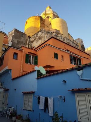 Blick von der Terrasse unserer Ferienwohnungen Sirene e Kallos zur Kirche Santuario S. Maria delle Grazie Incoronata