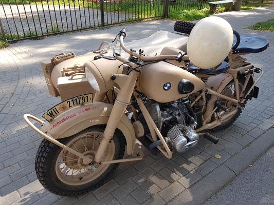 """BMW-Motorrad mit Beiwagen """"Wehrmacht"""" am Schiffshebewerk"""