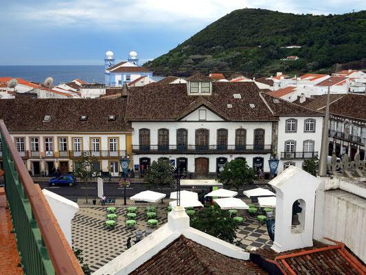 Blick vom Angra Garden Hotel auf die Praça Velho