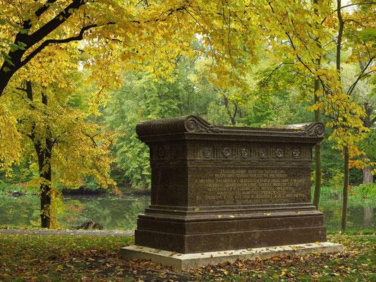Sarkophag der Schlosseigentümer im Englischen Park