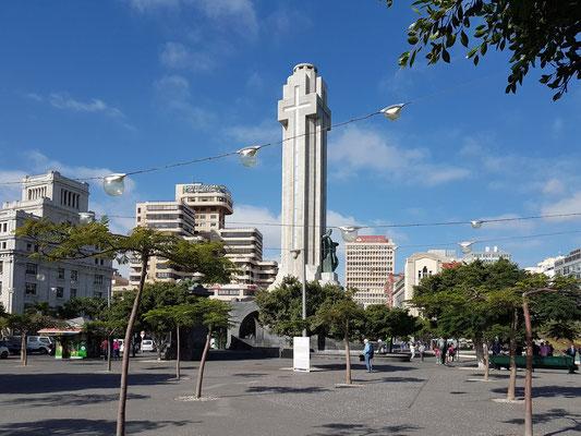 Plaza de España mit Denkmal der Gefallenen (Monumento a Los Caídos) und umgebenden Gebäuden im Zentrum