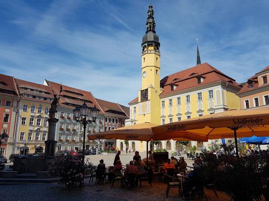 Hauptmarkt mit Rathaus und barocken Bürgerhäusern