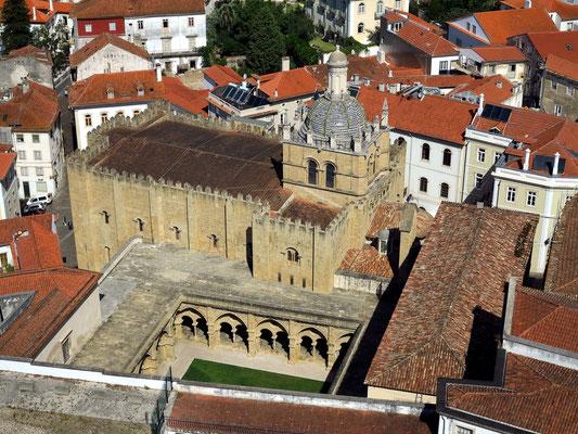 Blick vom Uhrturm auf die romanische Alte Kathedrale (Sé Velha), erbaut um 1140