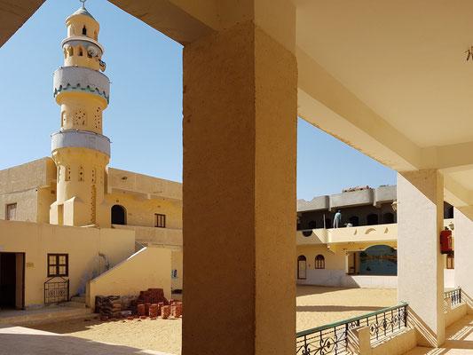 Schulgebäude mit Minarett der Moschee