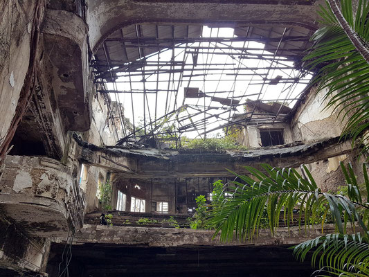 Teatro Campoamor, Blick von der Bühne zum Balkon und zur zerstörten Decke (Foto vom 12.01.2018)