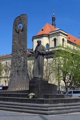 """Das Taras-Schewtschenko-Denkmal auf dem Swobody Prospekt (1992). Schewtschenko, größter ukrainischer Dichter und Schriftsteller, gilt als Symbol des Ukrainertums. Im Hintergrund die """"Welle der Volkswiedergeburt"""", dahinter die barocke Jesuitenkirche"""