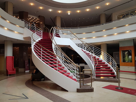 Lobby des Leonardo Hotels Weimar mit repräsentativer Doppel-Treppe. 1986: Beginn der Planung und Bauphase als Hotel Belvedere, Interhotel DDR, Architekt Hartmut Strube, Weimar, Innenarchitekt Wilfried Hilger, Wiesbaden