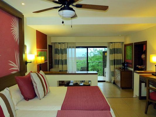 Blick von der oberen Ebene über die Betten zum Balkon