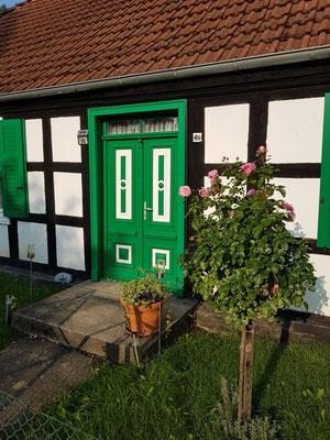 Ehemalige Kleinkolonistenstelle mit Wohnhaus (Nr. 68) von 1832. Originale Eingangstür mit verziertem Oberlicht