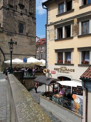 Hotel U tří pštrosů auf der Kleinseite am Fuß der Karlsbrücke
