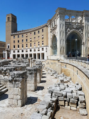 Lecce. Römisches Amphitheater, rechts der kubusförmige Palazzo del Seggio