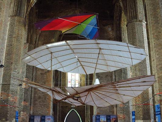 Flugobjekte von Otto Lilienthal in der Nikolaikirche in Anklam