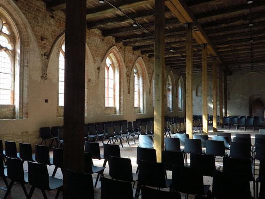 Kapitelsaal. Der Animationsfilm im zentralen Versammlungsraum zeigt, wie die Mönche damals arbeiteten, lasen, beteten, aßen und schliefen.