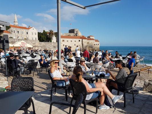 Café am Stadtstrand von Budva mit Blick auf die Altstadt