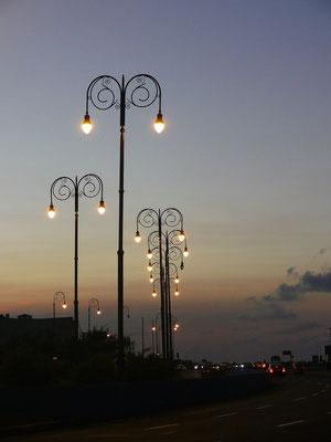 Calle Tra, Av. Del Puerto bei Abenddämmerung