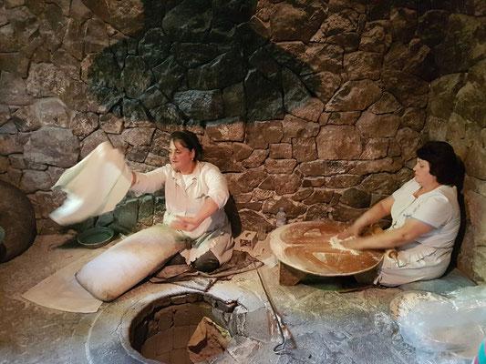 Brot wird in einem Erdofen gebacken.