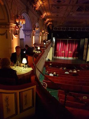 Blick in den Zuschauerraum und auf die Empore (Dinner vor der Aufführung)