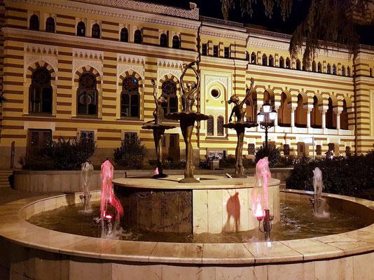 Ballettbrunnen neben dem Staatlichen Sacharia-Paliaschwili Theater für Oper und Ballett