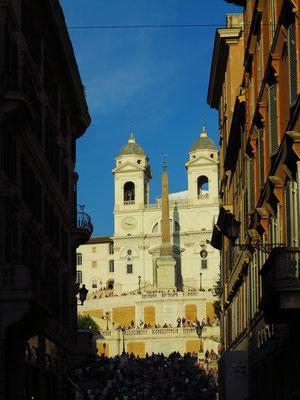 Blick aus der Via del Condotti auf die Kirche Trinità dei Monti