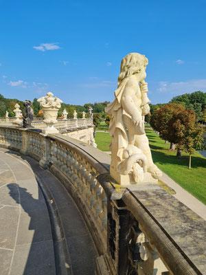 Östlicher Rundgang um das Schloss, Vasen und Kinderfiguren auf der Balustrade der Terrasse