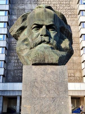Karl Marx-Monument, eine 7,1 m (mit Sockel über 13 m) hohe und ca. vierzig Tonnen schwere Plastik, die den Kopf von Karl Marx stilisiert darstellt. Entwurf Lew Kerbel, 1971 eingeweiht