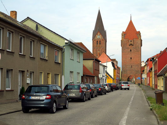 Barth, Barthestraße mit Stadttor und Kirche Barth (links)