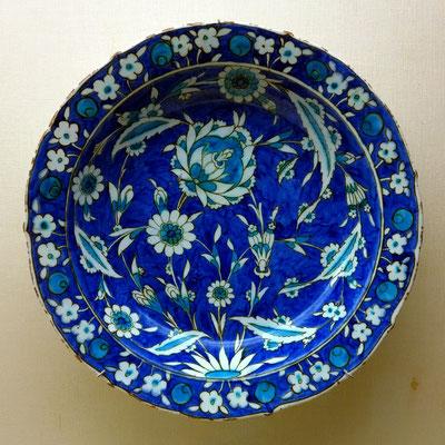 Museu Calouste Gulbenkian, Schalen mit Dekoration in Blau, Türkis und Grün, Iznik, Türkei, Mitte 16. Jh., Ottomanische Periode