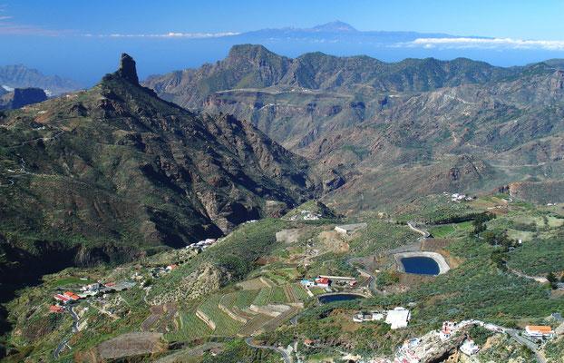 Blick nach Westen zum Roque Bentayga (1404 m) und zum Gebirge Tamadaba, am Horizont die Insel Teneriffa mit dem Pico del Teide