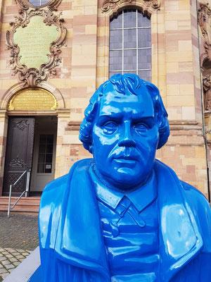 Plastik von Martin Luther vor der Ludwigskirche