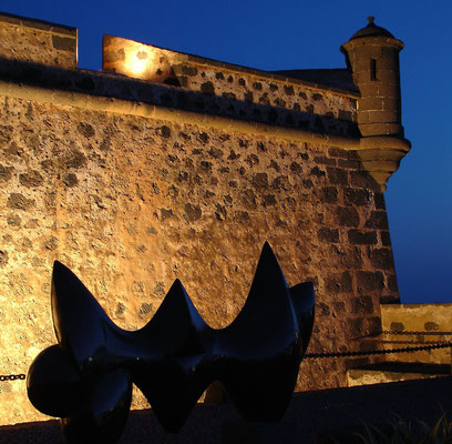Skulptur vor dem Castillo de San José