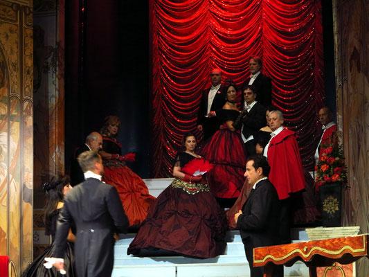Zweiter Akt, Zweites Bild: Galerie im Palast Floras. Die Gäste verlassen den Saal.
