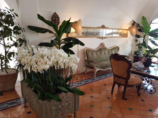 In der Lobby des Hotels Le Sirenuse
