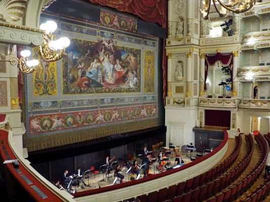 Blick vom 1. Rang in den Zuschauerraum, Schmuckvorhang und Orchestergraben