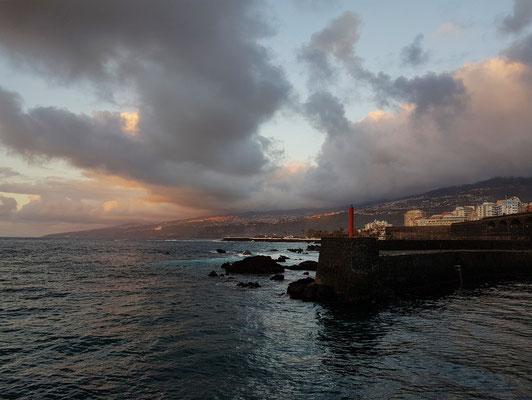 Blick auf die Hafeneinfahrt des Fischerhafens Puerto de la Cruz