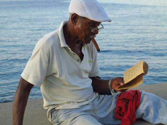 Lektüre auf dem Malecón