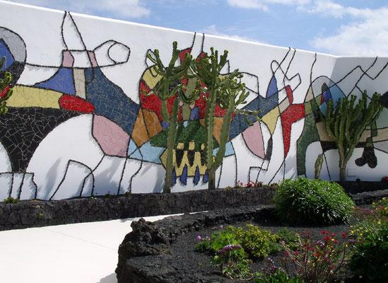 Fundación César Manrique, Außenanlage mit Wandgemälde von 1992