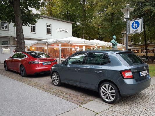 Mein Skoda-Fabia in Bad Pyrmont vor dem Steigenberger Hotel, nach 2400 km Reise