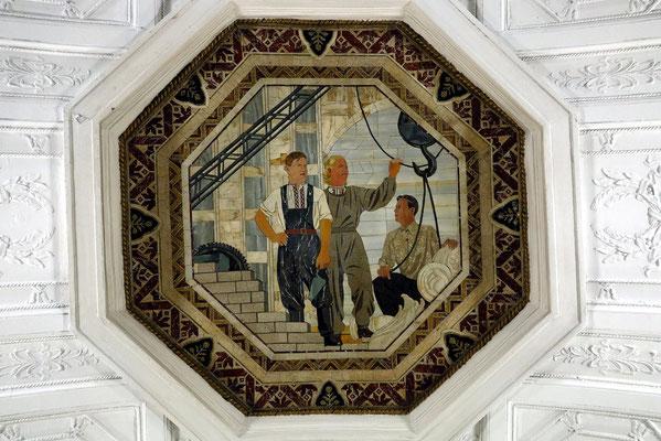 Belorusskaja, Die Deckenmosaiken zeigen das Gedeihen der weißrussischen Republik während der Sowjetzeit.